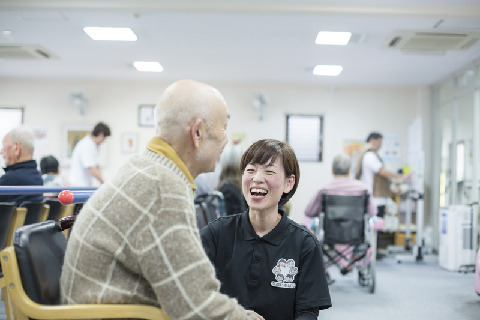 笑顔づくりは街づくり♪生活機能改善リハビリが中心のデイサービスで機能訓練指導員の募集!ご利用者様もスタッフも笑顔いっぱいの職場です