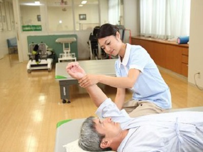 【土日休み☆月給35万~】歩行訓練に特化したデイサービスで理学療法士を募集中!【性別・年齢不問!】